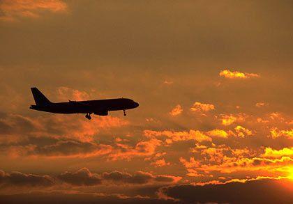 Der Sonne entgegen: Schon im kommenden Jahr soll Airbus (im Bild die A319) wieder Gewinne schreiben