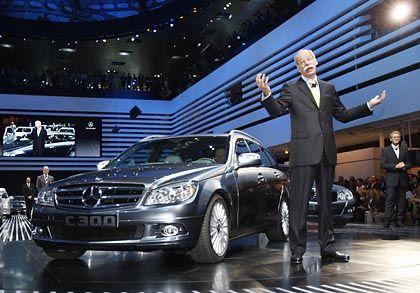 Zukunftstechnik: Zetsche und ein Mercedes-Benz C 300 T BlueTech Hybrid