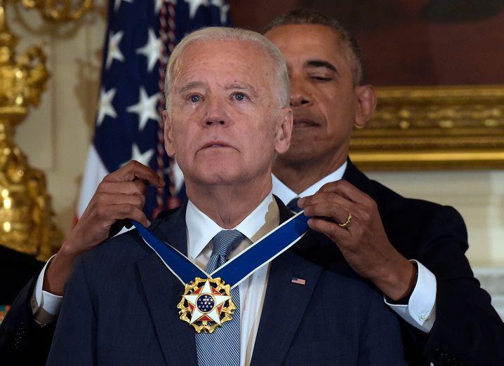 """Ex-US-Präsident Barack Obama mit US-Vizepräsident Joe Biden - den beiden Politikern wird in etlichen Internet-Memes eine innige """"Bromance"""" nachgesagt"""