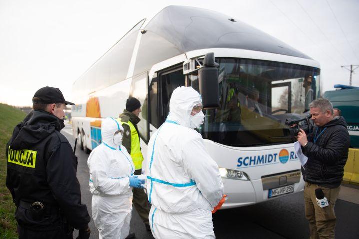 Seit Montag kontrollieren polnische Beamte Grenzgänger aus Deutschland und Tschechien auf eine mögliche Corona-Infektion