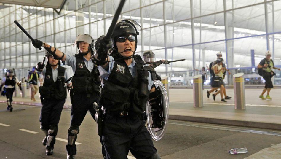 Polizeieinsatz am Flughafen Hongkong: Die Demonstranten haben den Airport überwiegend verlassen. Die Lage bleibt aber angespannt