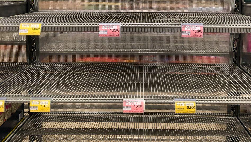 Leere Regale in einem Leipziger Supermarkt