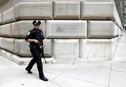 Die Angst der Öffentlichkeit vor der Macht in den Tempeln des Geldes ist groß: Ein Wachmann vor der amerikanischen Notenbank Fed