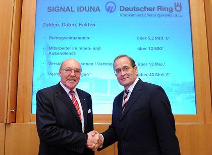 Einig: Signal Iduna Chef Reinhold Schulte (links) und der Vorstandsvorsitzende des Deutscher Ring Krankenversicherungsverein, Wolfgang Fauter.