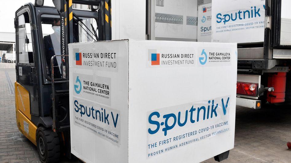 Palettenweise Sputnik V: Viele Länder setzen den russischen Corona-Impfstoff bereits ein - zum Beispiel das EU-Mitglied Ungarn. Offiziell ist Sputnik V in Europa jedoch noch nicht zugelassen