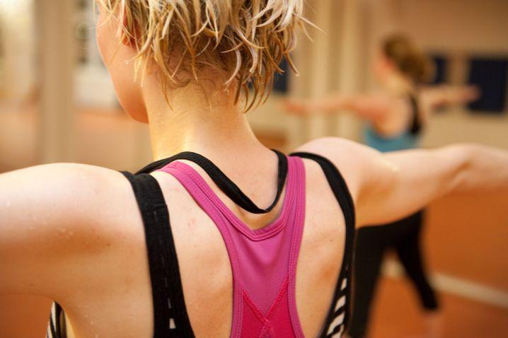 Da kommt man ordentlich ins Schwitzen: Beim Bikram werden 26 Übungen bei 36 bis 40 Grad Raumtemperatur durchgeführt.