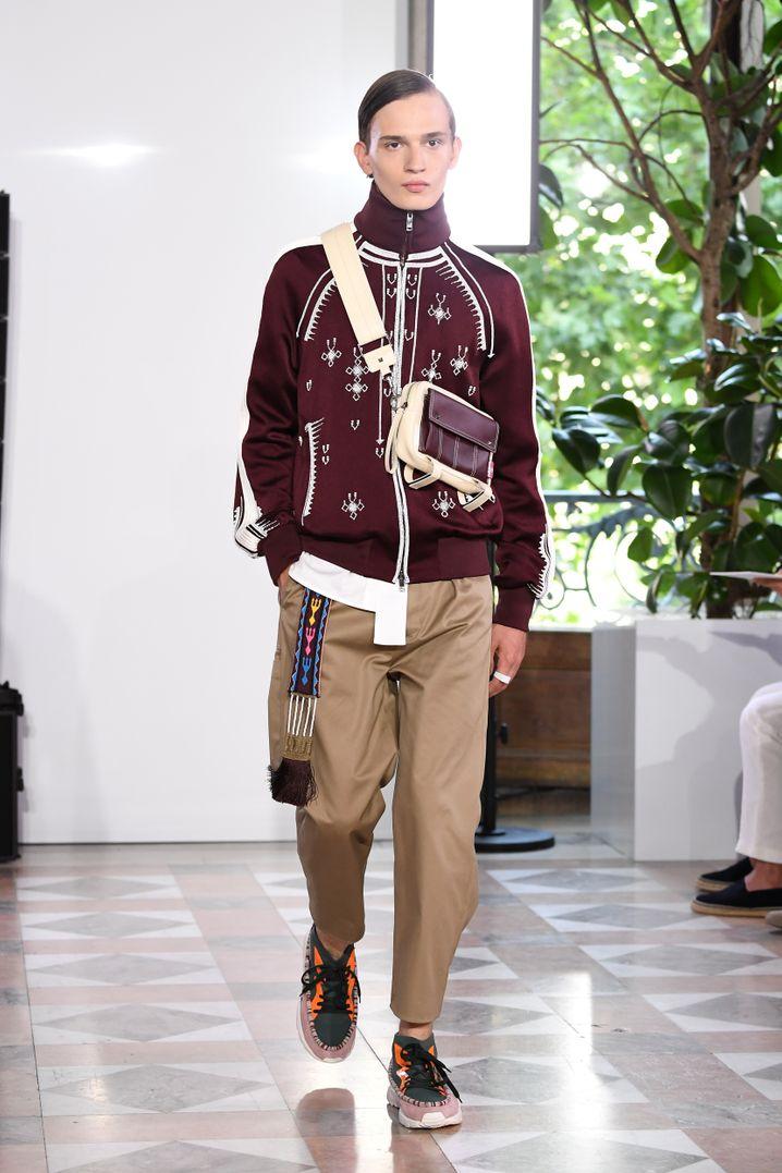 Sneakers sind auch in der Haute Couture angekommen: Hier ein Modell von Valentino bei der diesjährigen Pariser Modewoche. Dennoch: ein Paar feine Lederschuhe machen sich zum Anzug eleganter.