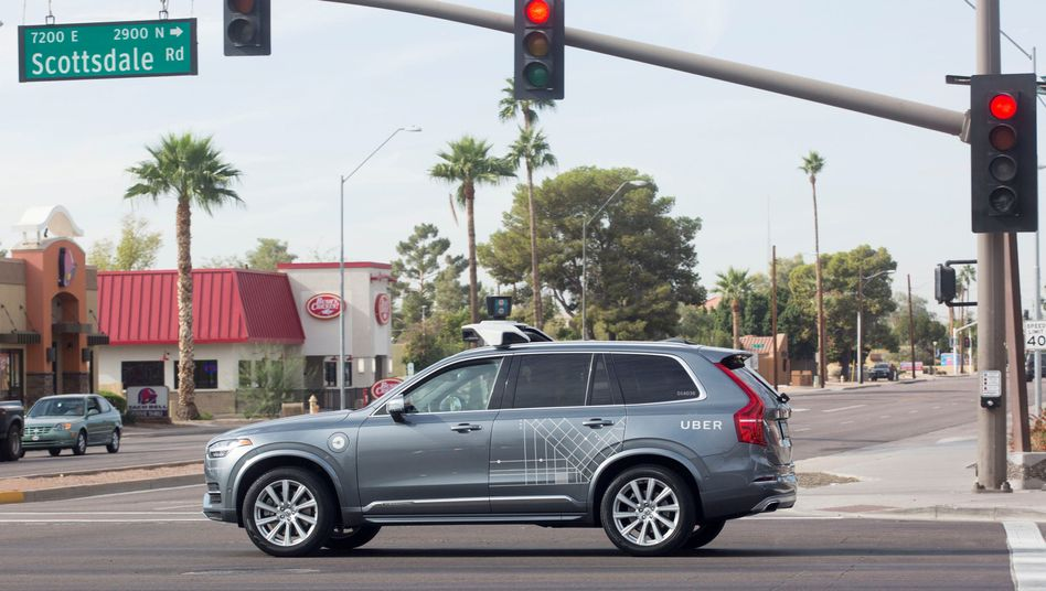 Nach einem tödlichen Unfall will der Fahrdienstvermittler Uber seine Tests mit selbstfahrenden Autos vorerst einstellen