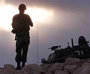 Israelischer Soldat auf seinem Posten oberhalb der Stadt Ramallah