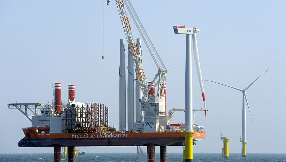 Offshore adé: Hochtief verkauft seine Schiffe, Pontons und sonstigen Anlagen zum Windradbau auf See (Archivbild eines Errichterschiffs am Windpark Riffgat)