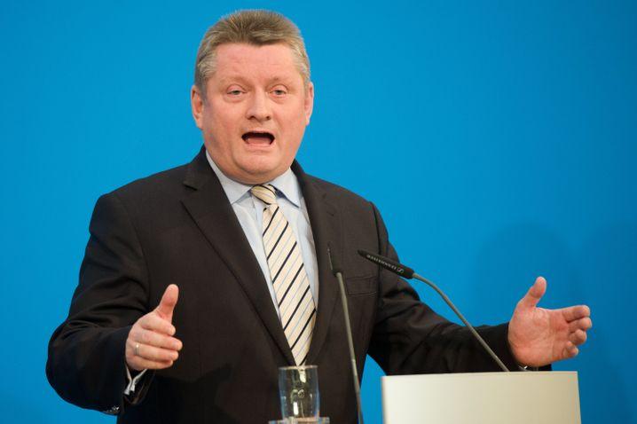 Hermann Gröhe (CDU, 53 Jahre) übernimmt das Gesundheitsministerium. Der bisherige CDU-Generalsekretär erhält damit den Dank für den erfolgreichen Wahlkampf der CDU. Er hat sich in der Gesundheitspolitik bislang zwar kaum hervorgetan. Schwarz-Rot plant in diesem Ressort aber auch keine großen Weichenstellungen.
