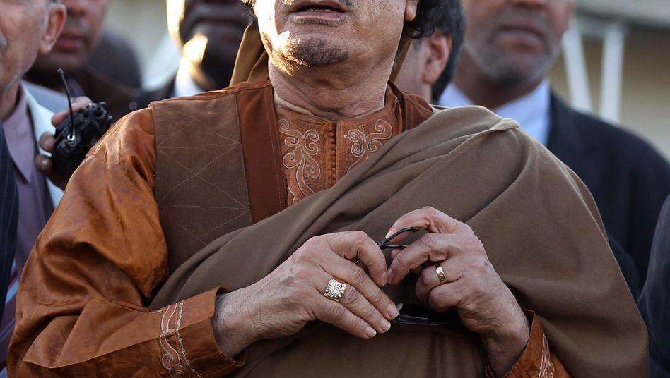 Muammar al-Gaddafi: Während sich Libyens Diktator weiter an die Macht klammert, wird sein Vermögen in der Schweiz eingefroren