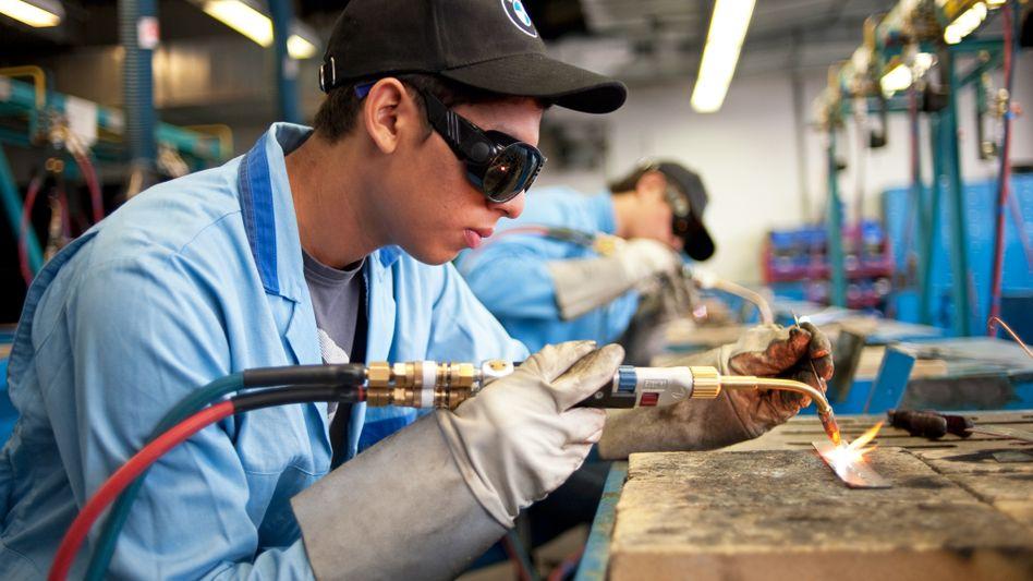Auszubildender bei BMW. Damit Deutschland sein Beschäftigungsniveau halten kann, braucht es Zuwanderer.