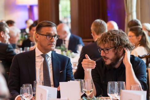 Er und er: Christoph Bornschein (r.) im Gespräch mit Olaf Berlien, Vorstandsvorsitzender des Lichtkonzerns Osram, bei der Hall of Fame des manager magazins 2019.