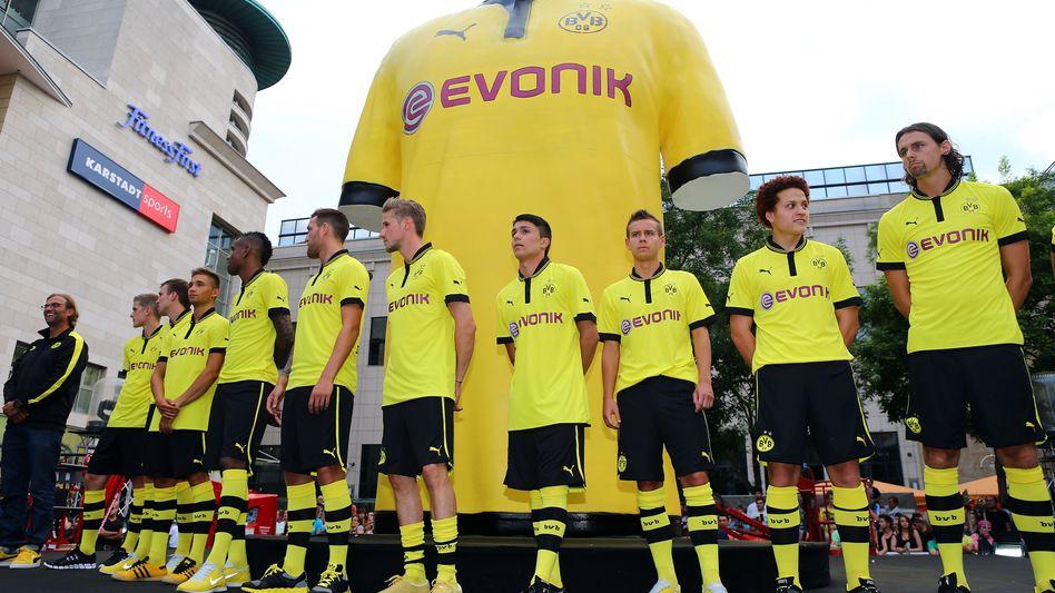 Borussia Dortmund bei der Trikot-Präsentation für die kommende Saison: Der Double-Sieger verkaufte mit 54.000 Stück bislang die meisten Dauerkarten