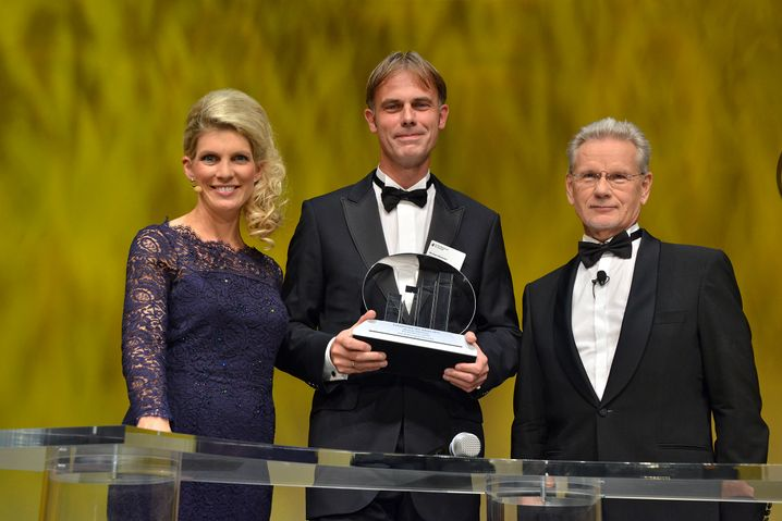 Preisträger: ifm-Chef Michael Marhofer (Mitte) führt einen Hidden Champion in der Automatisierungs- und Sensortechnik (links Moderatorin Stephanie Schoss, rechts Laudator Manfred Wittenstein)