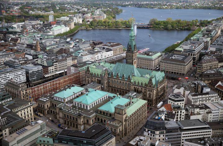 Stadt der kurzen Wege: Die Warburg Bank liegt nur einige Hundert Meter vom Rathaus entfernt unweit der Binnenalster