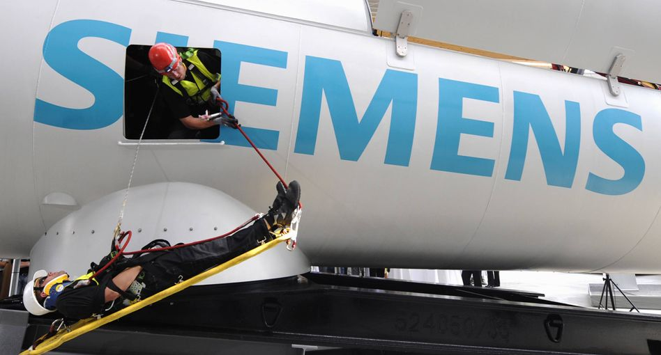 Geschäft mit Risiken: Servicetechniker der Firma Siemens üben den Abtransport eines Verletzten von einer Gondel einer Windkraftanlage. Derzeit sorgen Verzögerungen bei Windkraftprojekten für Mehrkosten