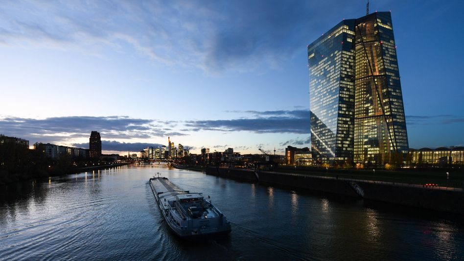 EZB-Zentrale in Frankfurt am Main: Die Notenbanker gehen auf Abstand zu Italien