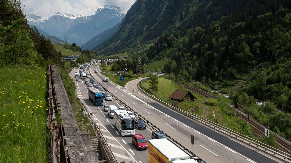 Stau vor dem Gotthard-Tunnel: Ein deutscher Autofahrer, der mit Tempo 200 durch den Tunnel gerast war, muss vier Jahre später ins Gefängnis - und zwar in Deutschland
