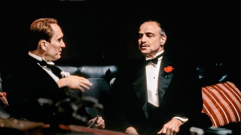 Der Vater aller Consiglieri Tom Hagen (l., gespielt von Robert Duvall) wurde als Anwalt von Mafia-Boss Vito Corleone (Marlon Brando) unsterblich