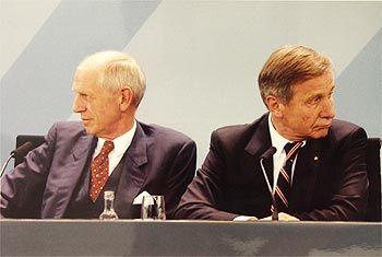 Hannelore Förster: DIHT-Präsident Braun und Minister Clement bei der Unterzeichnung des Ausbildungspakts