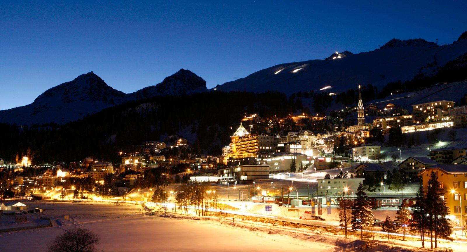 Schweiz / St. Moritz bei Nacht mit Schnee