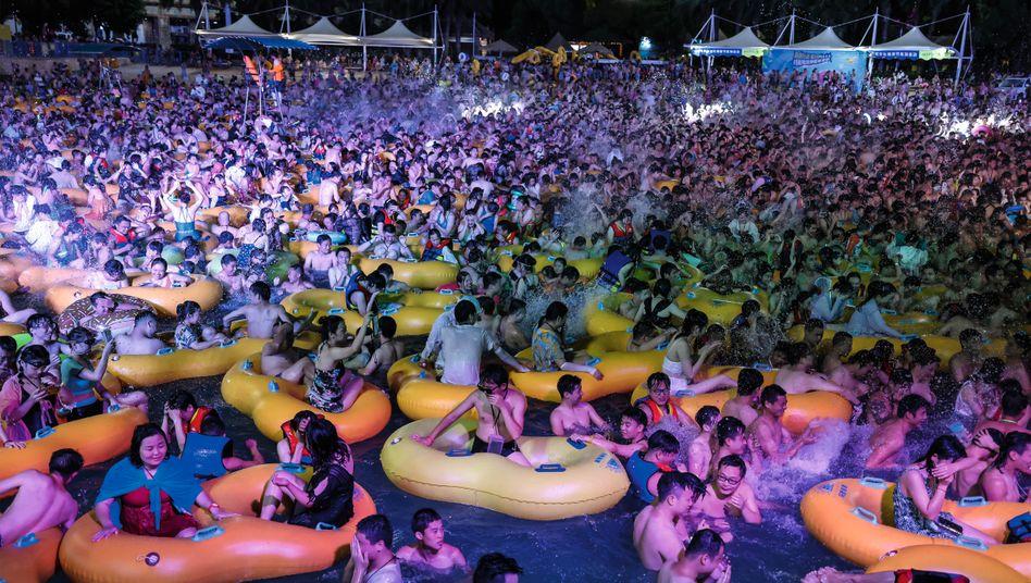 Party am Ground Zero:Während das Coronavirus um die Welt ging, wurde am Ausbruchsort schon im August wieder gefeiert und konsumiert, wie hier beim Techno-Festival im Maya Beach Water Park von Wuhan
