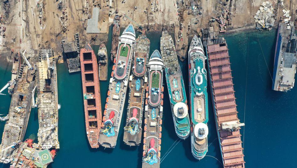 Letzte Ruhe: Im türkischen Izmir werden derzeit ausrangierte Kreuzfahrtschiffe aus aller Welt ausgeschlachtet und verschrottet
