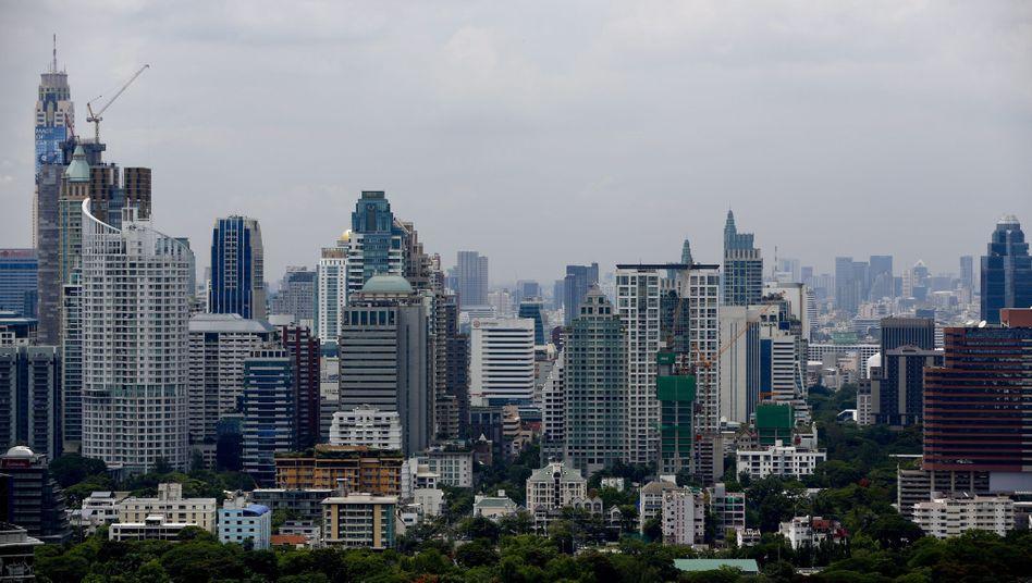 Skyline von Bangkok: Die Angst vor Inflation und Wachstumsstillstand ist groß. Viele thailändische Haushalte sind bereits jetzt überschuldet. Nach dem Bombenanschlag kommt die Angst hinzu, dass die Touristen fernbleiben könnten