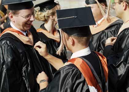 Lohn der Arbeit: Absolventen eines MBA-Studiengangs werden ausgezeichnet