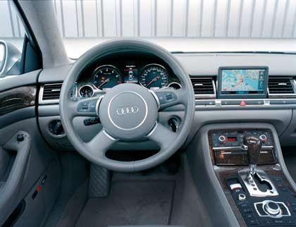 Kombinations-Künstler: Das Cockpit des A8 wirkt aufgeräumt. Der Bildschirm zeigt die Menüs für Navigator, Radio und Klimaanlage, gesteuert durch den großen Knopf auf der Mittelkonsole
