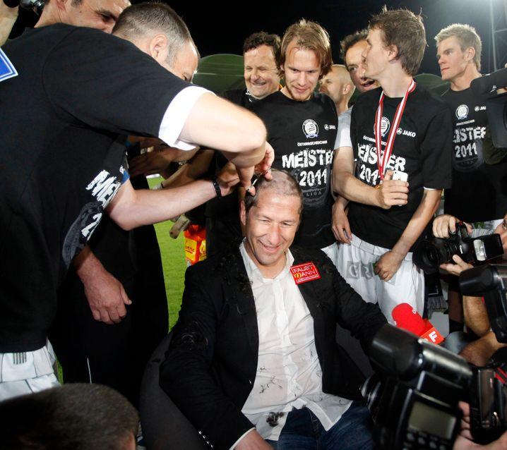 Bis in die Haarwurzeln motiviert: Franco Foda, hier bei einem Friseurbesuch nach dem Gewinn der österreichischen Meisterschaft 2011 mit Sturm Graz