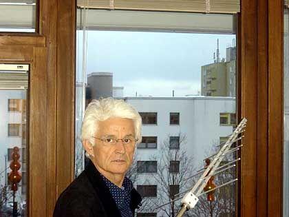 Elektrosmog-Berater Kurt Renz misst bei einer Kundin in München die Strahlenbelastung