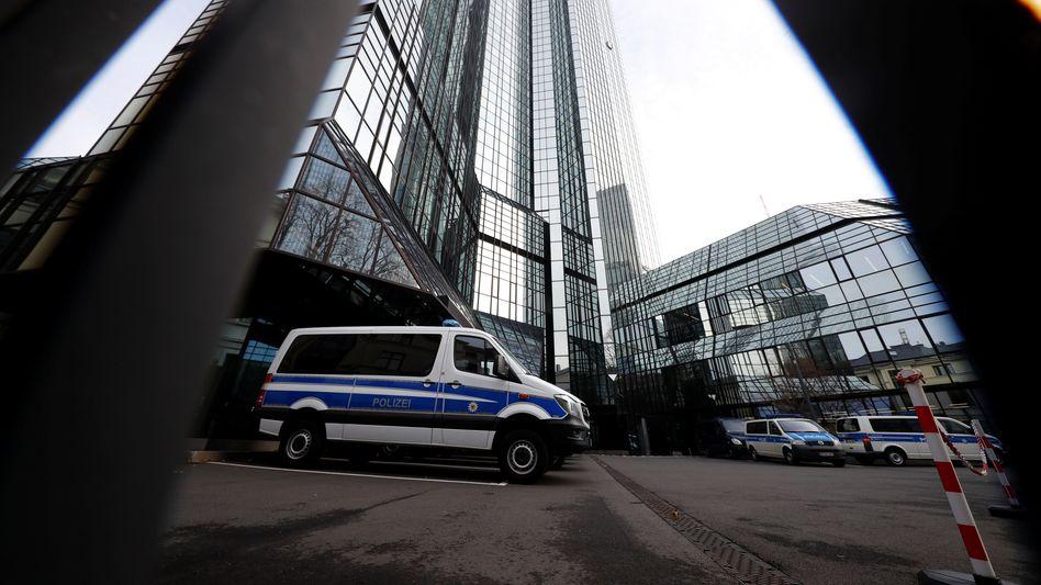 Polizeiwagen vor der Zentrale der Deutschen Bank: Beamte der Staatsanwaltschaft, des Bundeskriminalamts und der Steuerfahndung gehen bei der Bank dem Verdacht der Geldwäsche nach