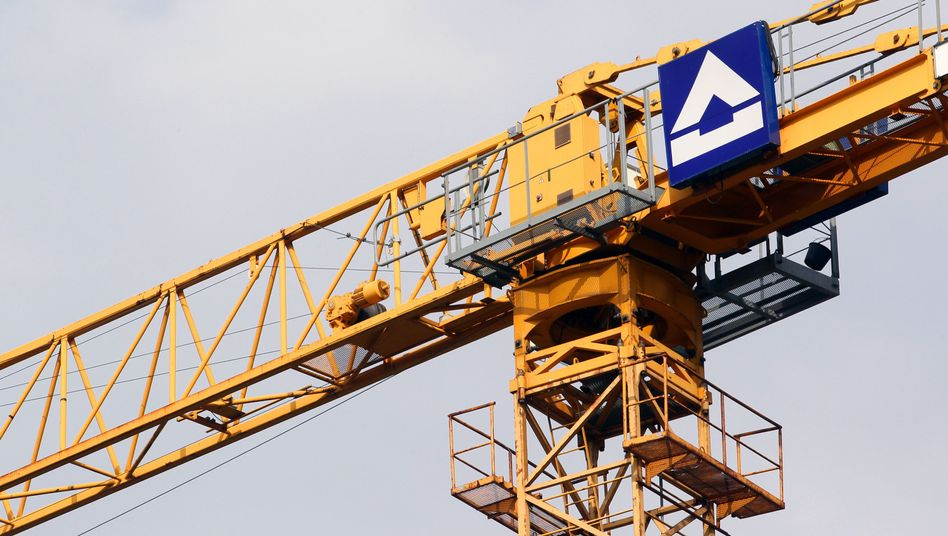 Kran von Hochtief: Der spanische Konzern ACS stockt seine Anteile an der deutschen Konkurrenz weiter auf