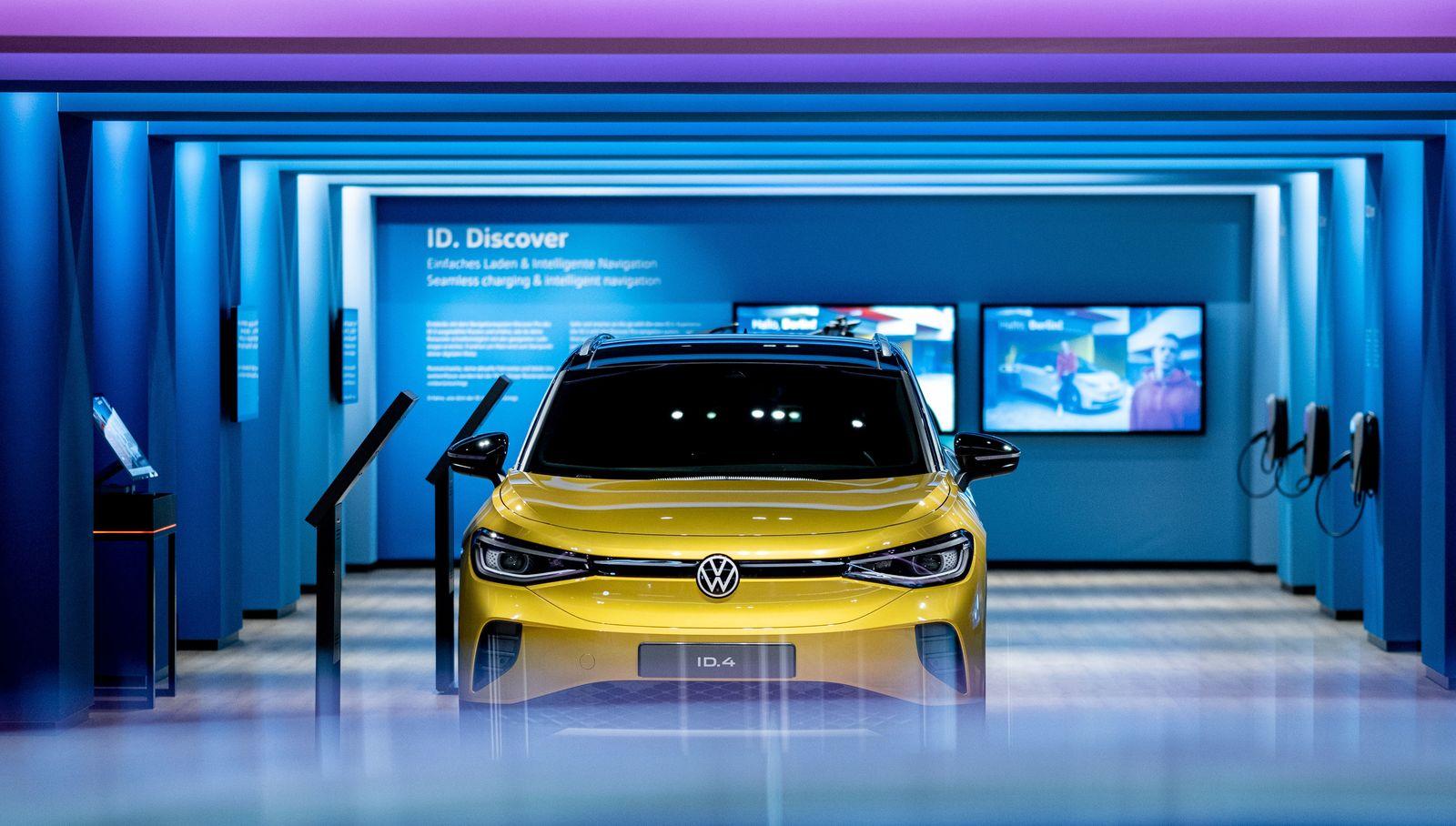 VW-Elektroautos im gläsernen Turm der Autostadt