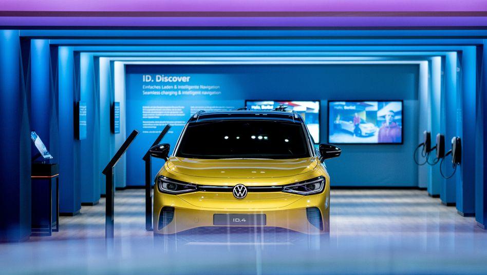Und noch ein Tesla-Konkurrent: Der neue ID.4 von Volkswagen im Showroom der Autostadt in Wolfsburg
