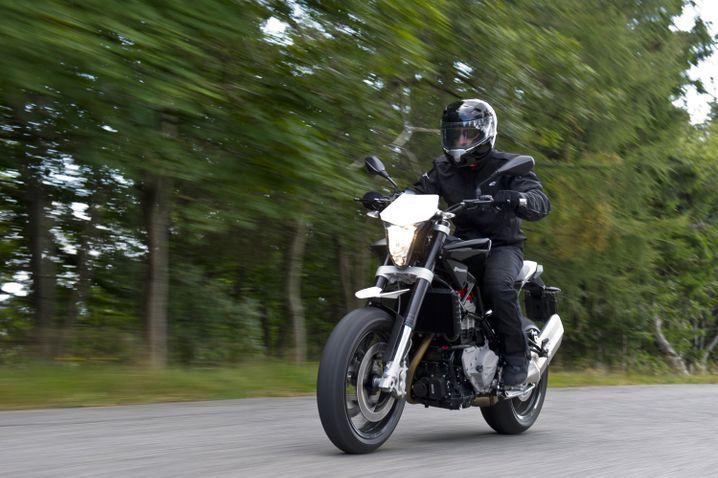 Straßenfeger mit BMW-Genen: Bei der Entwicklung des Funbikes Nuda 900 bediente sich Husqvarna im Teilesortiment des Münchener Mutterkonzerns. Motor und Rahmen stammen aus der F-800-Baureihe.