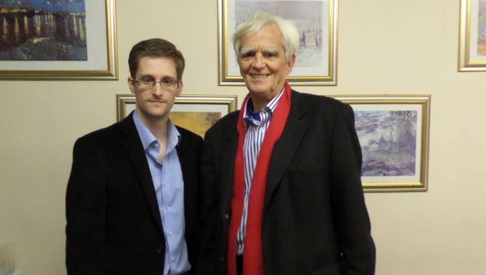 Treffen in Moskau: Grünen-Bundestagsabgeordnete Christian Ströbele (r.) und Edward Snowden