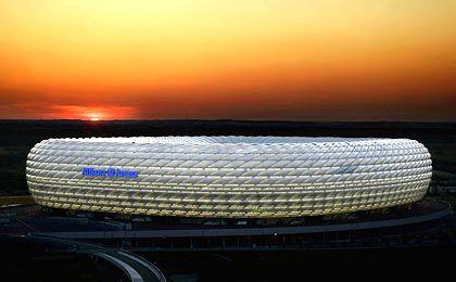 ... und in neutralem Weiß: Stadion vor malerischem Abendhimmel