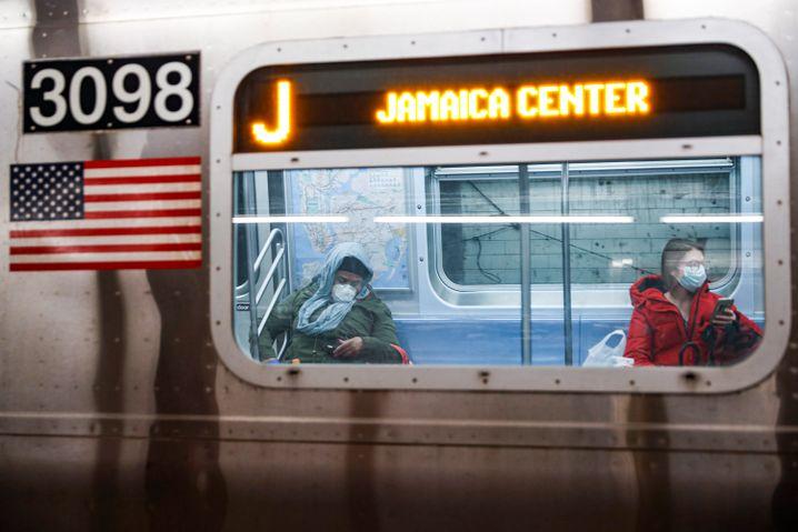 Noch fahren die U-Bahnen in New York. Doch die Lage in der Metropole und auch im Bundesstaat New York spitzt sich zu. Die USA drohen neues Epizentrum der Corona-Pandemie zu werden, warnt die Weltgesundheitsorganisation WHO.