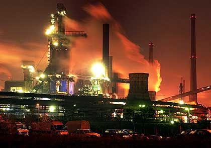 Die Stahlkocher von ThyssenKrupp wollen jetzt der Ratingagentur Standard & Poors einheizen.