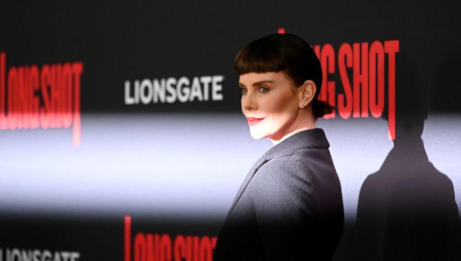 Schauspielerin Charlize Theron bei einer Premiere vor einem AMC-Kino in New York: Der Kino-Konzern ringt in der Corona-Krise um sein Überleben.