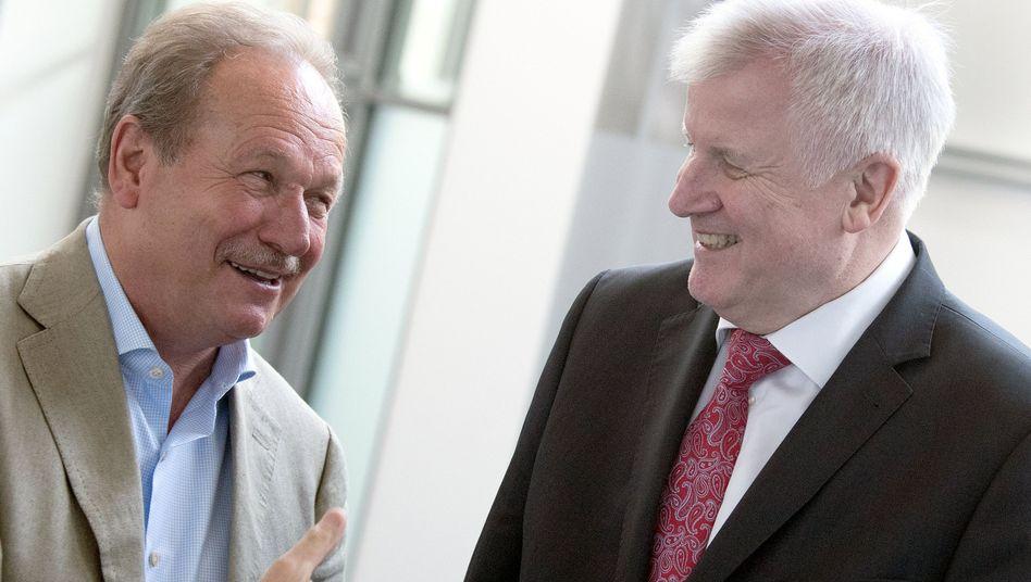 Tarifneuling und alter Hase: Bundesinnenminister Horst Seehofer und Verdi-Chef Frank Bsirske (links) und ihre Arbeitsgruppen hatte mehrere Tage miteinander um den Tarifabschluss gerungen. Beide zeigten sich mit dem Abschluss zufrieden