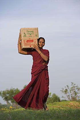 Haustürgeschäfte: Ambulante Verkäuferinnen bringen Produkte in die entlegensten Winkel Indiens