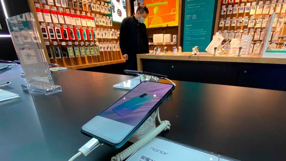 Rettungsaktion: Honor-Smartphone in Pekinger Geschäft