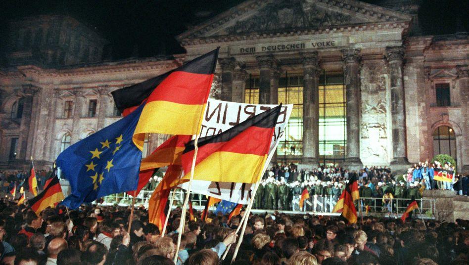 Feierstimmung vor 30 Jahren: Der Tag der Deutschen Einheit 1990 auf den Stufen des Reichstagsgebäudes.