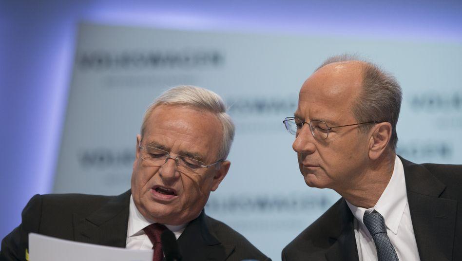 Eingespieltes Team: Volkswagens Ex-Chef Martin Winterkorn (links) wird wohl rund zehn Millionen Euro an VW zahlen. Der aktuelle Aufsichtsratschef Hans Dieter Pötsch (rechts) bleibt noch fünf weitere Jahre im Amt (Foto: Archiv)