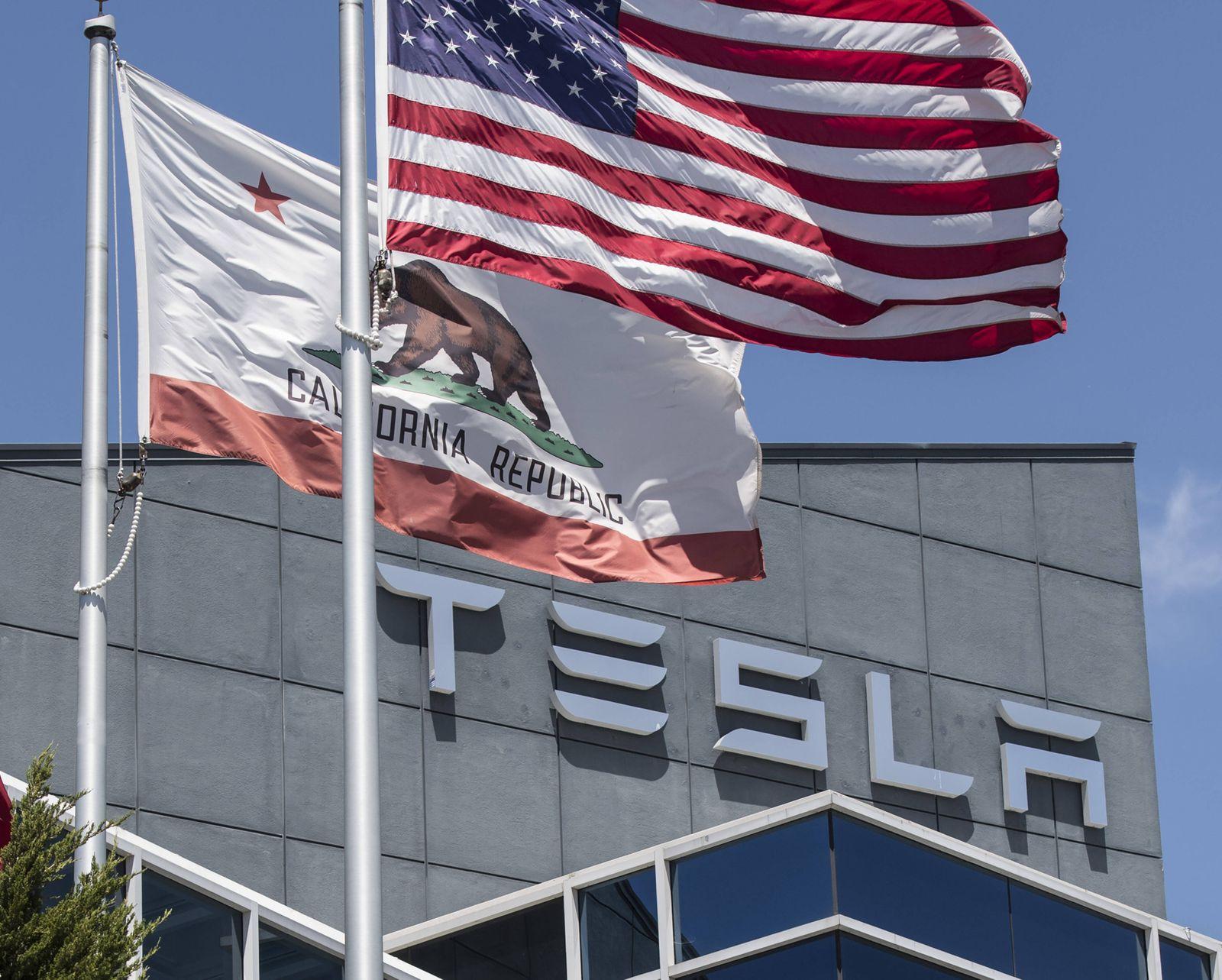Tesla office Fremont / Flaggen USA